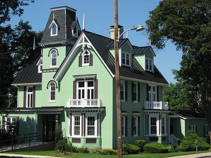 Sơn ngoài nhà màu xanh sẽ giúp ngôi nhà bạn trở nên nổi bật và hài hòa với thiên nhiên